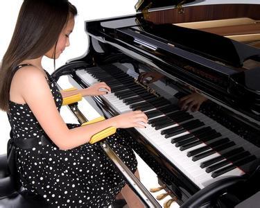 弹钢琴正确的坐姿学钢琴图片